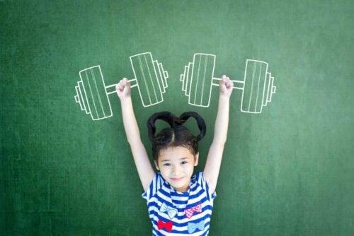 Pige med tegning af håndvægte over sig