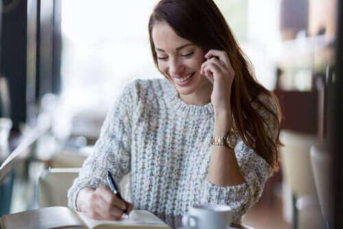 Kvinde smiler takket være lykkens fire søjler