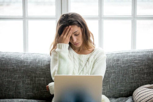 Stresset kvinde med computer