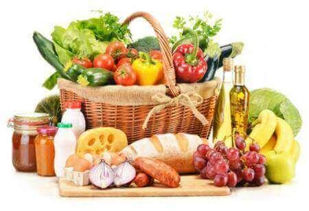 Forskellige fødevarer i kurv og på bord