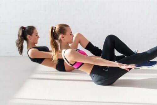 Kvinder laver øvelser til skæv ryg