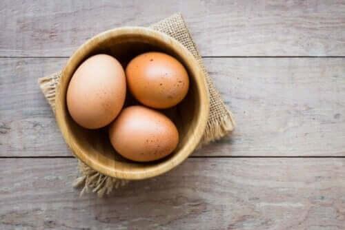 Æg i træskål