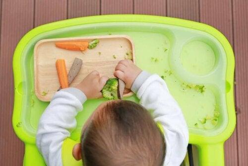 Baby spiser grøntsager som eksempel på at opstarte på rigtig mad