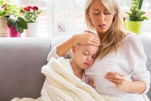 Mor måler søns temperatur og vil behandle feber