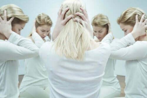 Kvinde med skizofreni tager sig til hovedet