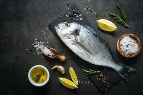 Fisk på bord klar til tilberedning