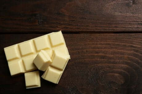 Hvid chokolade på træbord