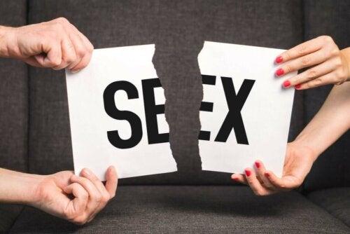 """Par river papir med teksten """"sex"""" over som følge af dyspareuni"""