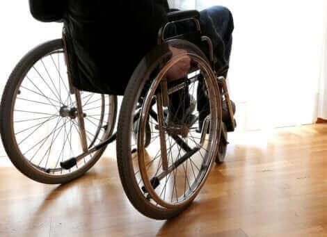 Person med multipel sklerose sidder i kørestol
