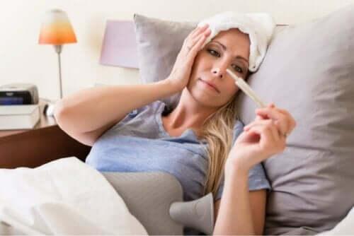 Kvinde med feber grundet meningokok sepsis