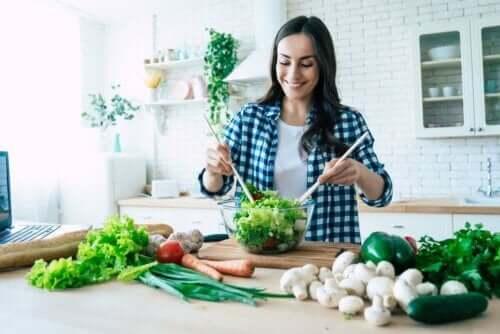 Kvinde laver en salat