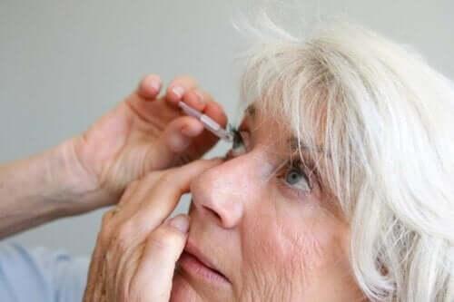 Kvinde anvender øjendråber mod betændelse i regnbuehinden