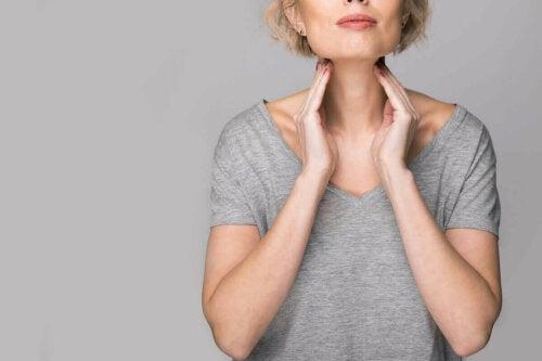 Kvinde med ondt i halsen