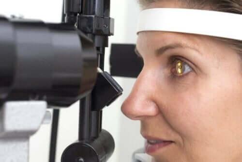Kvinde bliver tjekket for retinitis pigmentosa