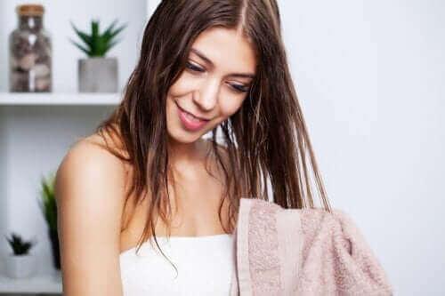 De bedste tips til at vaske fedtet hår