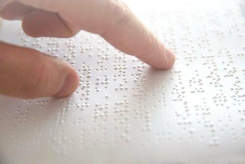 Blind person læser