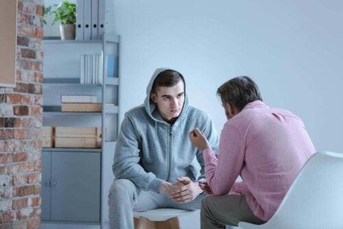 To mænd snakker sammen