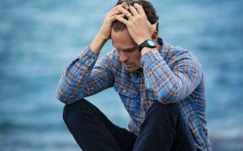 Mand ved hav lider af eksistentiel depression