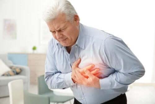 Mand tager sig til brystet grundet smerte, der kan være forårsaget af forskellige typer af hjertesygdomme