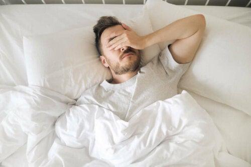 Mand har svært ved at sove med senebetændelse i skulderen