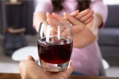 Kvinde siger nej til alkohol, da det er noget, man skal undgå som gravid