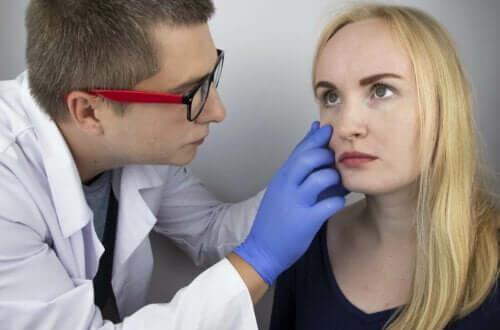 Øjenlæge undersøger kvindes øje