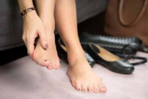 Person masserer sin fod