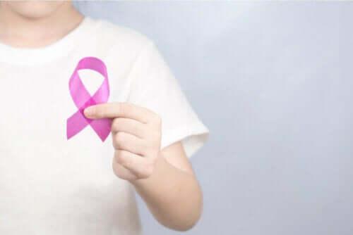 Person med pink sløjfe