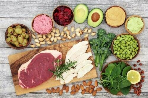 Rå ingredienser til at lave sund aftensmad til at fremme vægttab