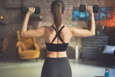 De bedste rygøvelser med håndvægte