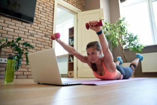 Kvinde laver rygøvelser med håndvægte