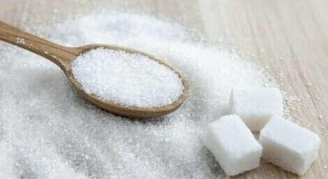 Sukker på ske og bord, selvom man skal begrænse sukker under graviditet