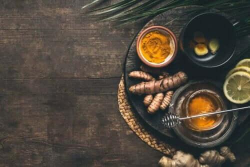 Te med gurkemeje og ingefær
