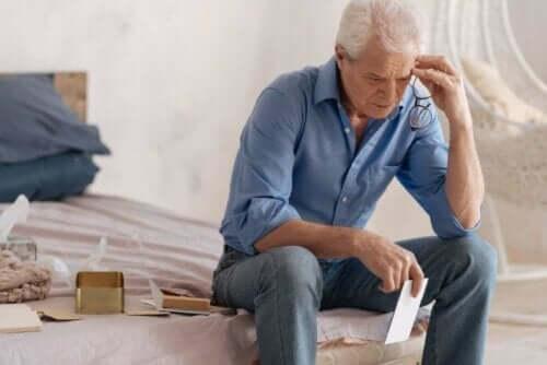 Ældre mand, der har problemer med at huske