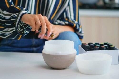 Kvinde anvender aromaterapi til at lindre menstruationssmerter