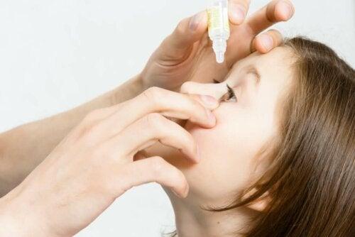 Pige får øjendråber mod øjenbetændelse hos børn