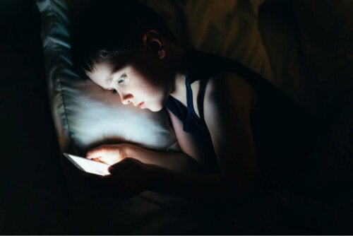 Barn bruger telefon i sengen om aftenen, selvom det kan forårsage mørke rander under øjnene på børn