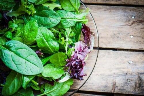 En blandet salat i skål