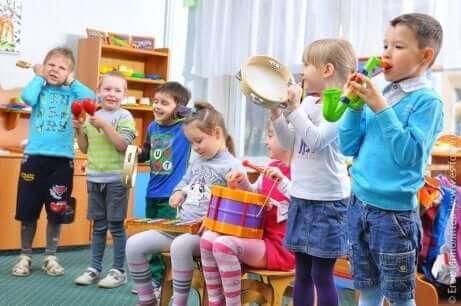 Børn spiller musik, hvilket er gode aktiviteter til børn med autisme