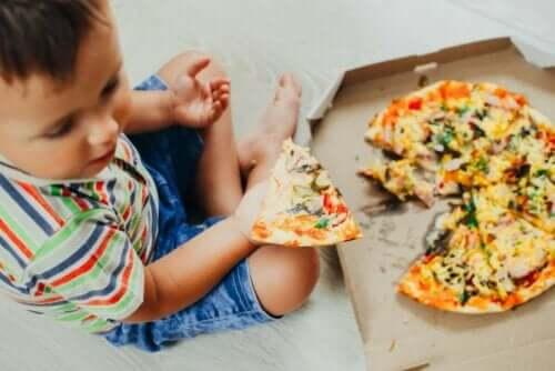 Dreng spiser pizza