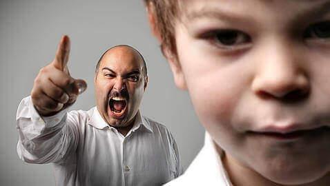 Mand råber af barn