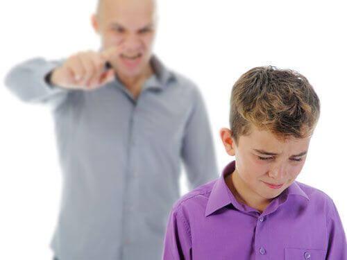 Mand viser eksempel på, hvordan nogle råber af børn