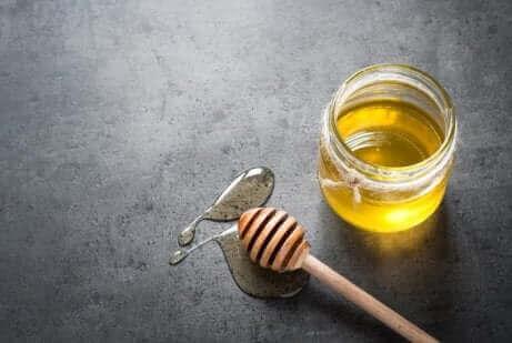 Honning i glaskrukke til at lave hjemmemidler med honning