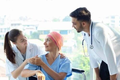 Kræftpatient med læger