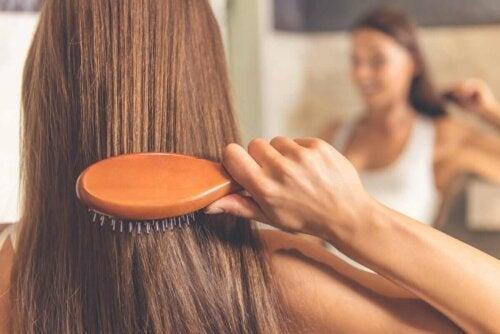 Kvinde børster sit hår