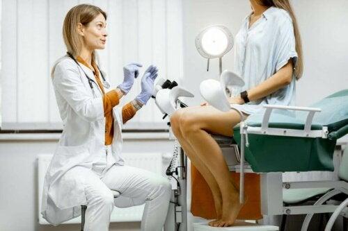 Kvinde taler med gynækolog om provokeret abort