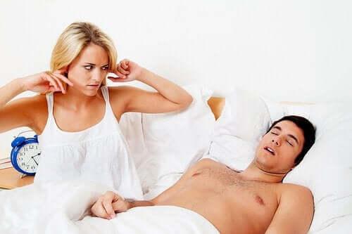 Kvinde, der ikke kan sove, har brug for, at partneren vil håndtere søvnapnø