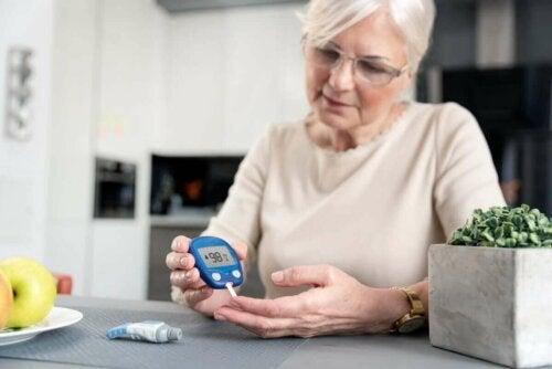 Kvinde måler sit blodsukker