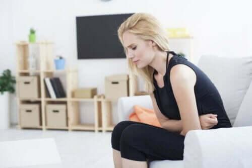 Kvinde med mavepine grundet sure opstød