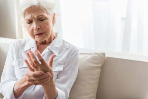 Kvinde med ondt i håndet grundet følelsesløse hænder
